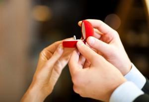 Hogyan kérjük meg a barátnőnk kezét?